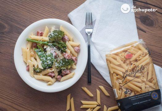 Pasta con brócoli, bimi y salchichas