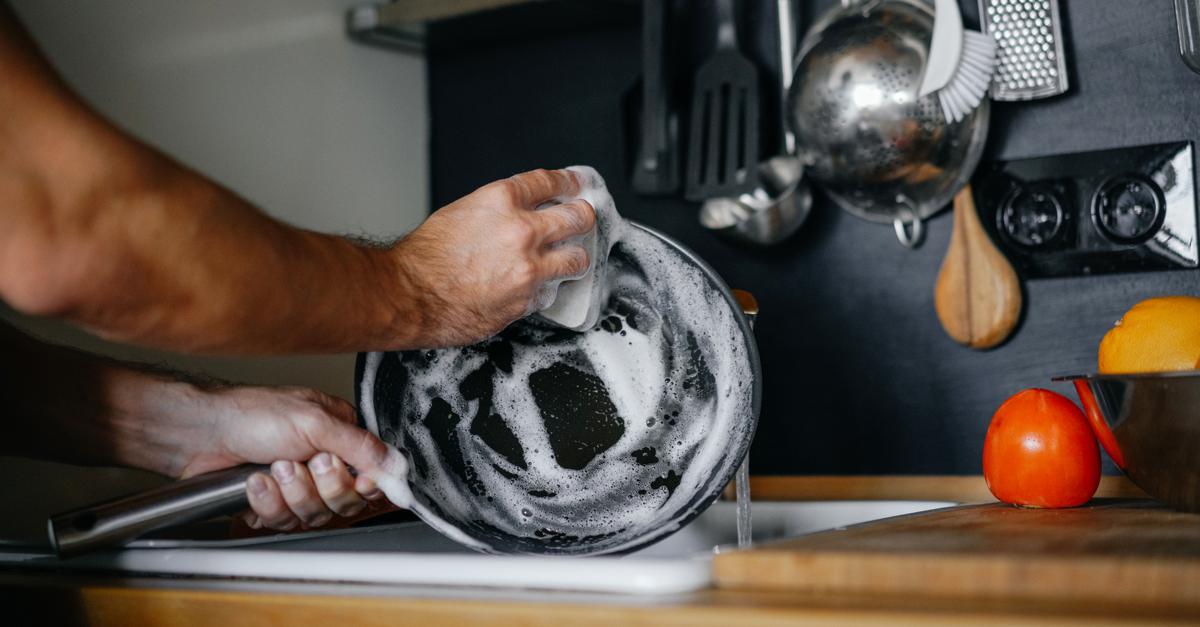Fregando una sartén con estropajo suave