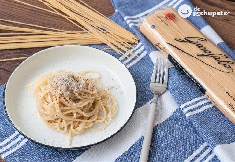 Pasta cacio e pepe. Spaghetti cacio e pepe