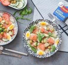 Ensalada de arroz, aguacate y salmón