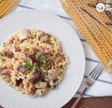Pasta italiana con setas. Fusilli lunghi con funghi, pancetta e peperoncino