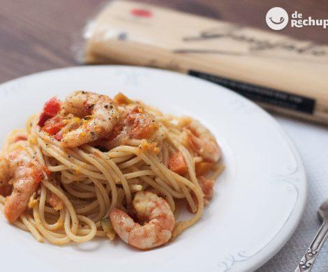 Espaguetis o spaghetti con verduras y langostinos al curry