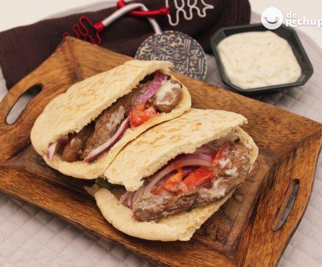 Doner Kebab de ternera casero. Receta con salsas y pan de pita
