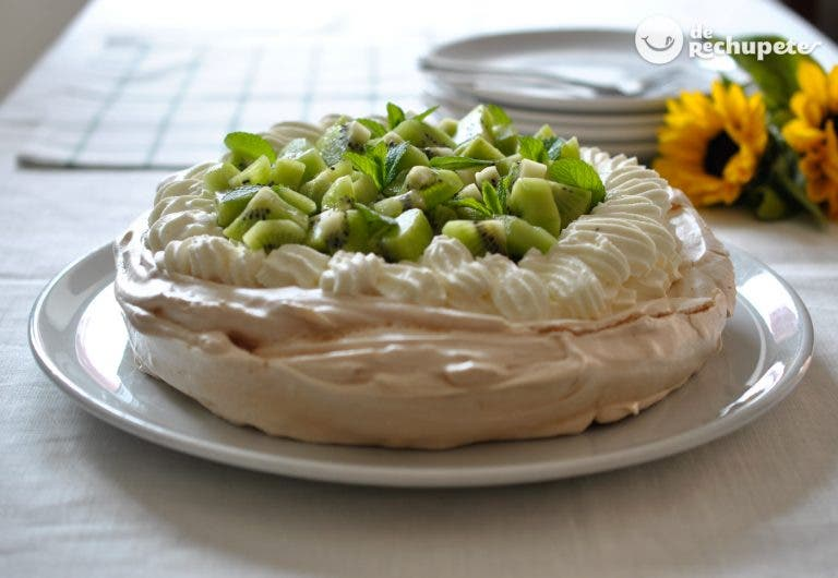 Tarta Paulova o Pavlova. Pastel de merengue, nata montada y fruta fresca