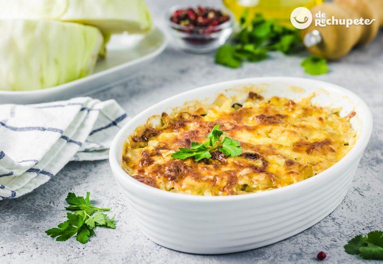 Gratinado de patatas, tocino y repollo del día de San Patricio. Polish cabbage, potato, and bacon