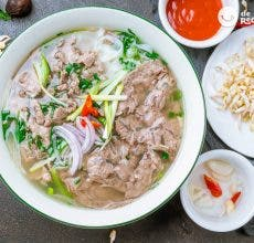 Sopa Pho de ternera o sopa de noodles vietnamita (Pho Bo)