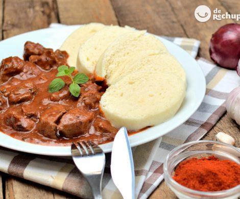 Goulash checo con Knedlíky. Receta tradicional de este guiso de carne paso a paso