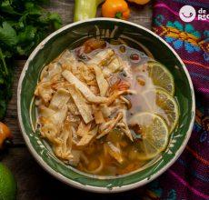 Sopa de pollo y lima. Receta mexicana refrescante y deliciosa