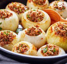Cebollas rellenas de cordero al horno