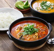 Moqueca capixaba con arroz blanco y pirão. Receta de estofado de pescado brasileño