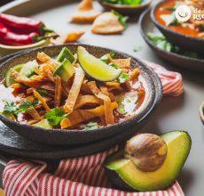 Sopa de tortilla o sopa Azteca. Receta tradicional mexicana
