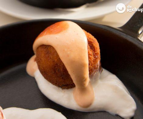 Bombas de patatas y carne de La Cova Fumada al estilo de la Barceloneta