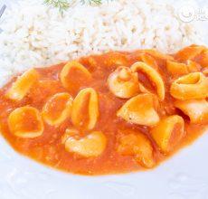 Calamares en salsa americana picante con arroz blanco. Receta paso a paso