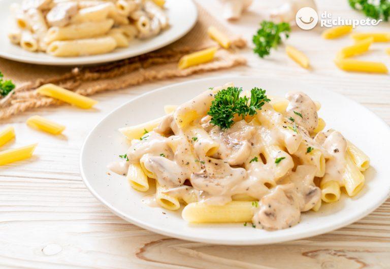 Macarrones con salsa de nata y champiñones. Receta fácil y sabrosa perfecta para novatos en la cocina