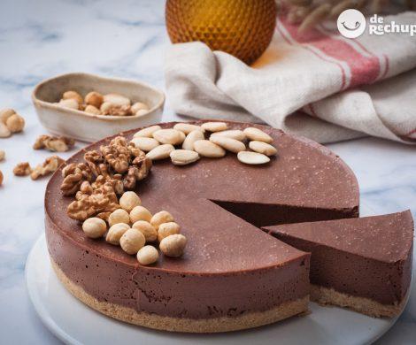 Tarta de mousse de chocolate negro con frutos secos. Postre paso a paso delicioso