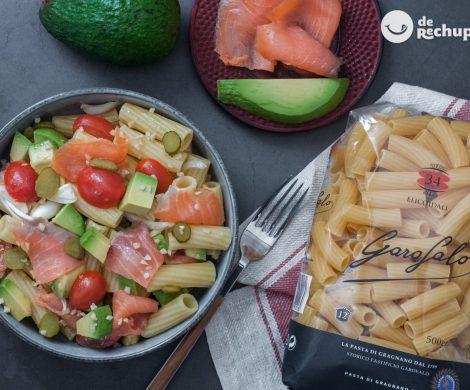 Ensalada de pasta con salmón y aguacate. La combinación perfecta para el verano