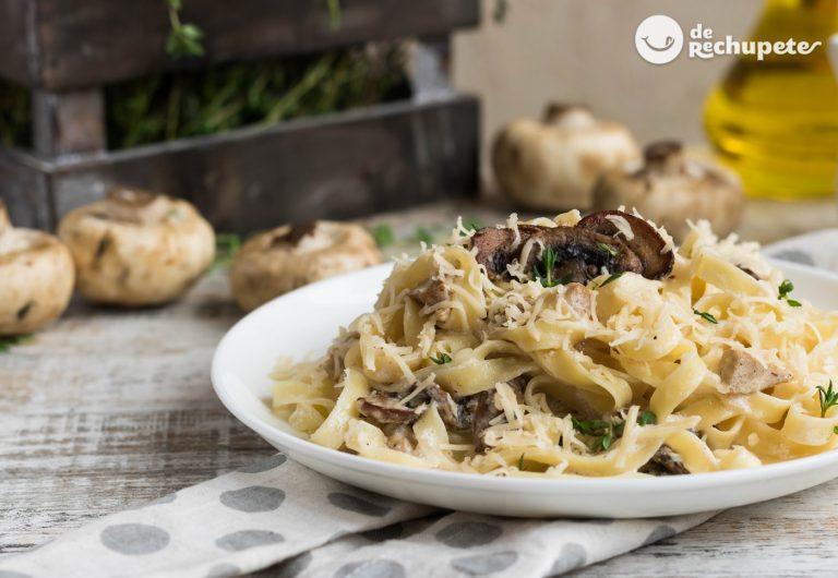 Fetuchini o Fettuccine Alfredo. Pasta con champiñones y jamón