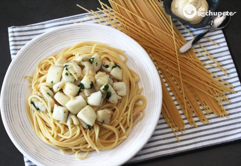 Espaguetis con sepia al ajillo. Receta de pasta fácil