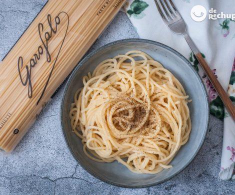 Espaguetis con queso y pimienta negra