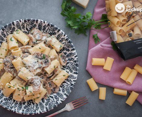 Pasta con champiñones y queso Parmesano. Receta italiana fácil